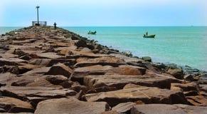 karaikal海滩的观点与石方式的 免版税图库摄影