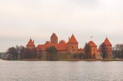 Karaites,立陶宛,欧洲特拉凯村庄  立陶宛地标在晚秋天 对湖和特拉凯半岛Castl的看法 库存照片