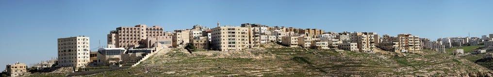 Karak Jordanien, mars 10th 2018: Sammansatt panorama med hög upplösning av höghusbostadsområdet på utkanten av staden av Royaltyfria Foton