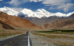 Karakorum Highway. Going through incredible mountain scenery, Xinjang province, China Stock Photo