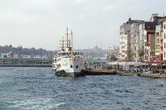 Karakoy pir och Galata bro i Istanbul Arkivfoto