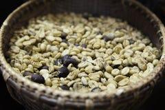 Karaktärsteckningbild av gröna kaffebönor i den vide- korgen arkivbild