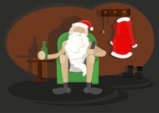 Karakter Santa Claus op stoel met fles van bier in één hand en TV ver in andere Stock Afbeelding