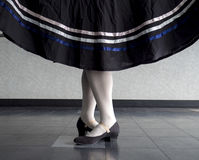 Karakterballet, vijfde positie met gehouden rok Royalty-vrije Stock Foto