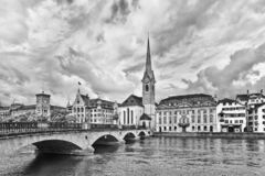 Karakteristisk arkitektur i den gamla staden av Zurich som ses från floden royaltyfri foto