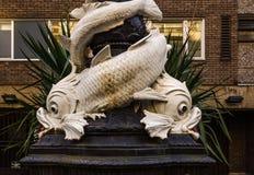 Karakteristisk garnering runt om en gatalampa i London som är stor Royaltyfri Foto