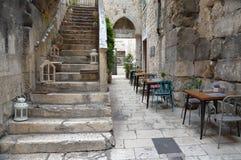 Karakteristisk gata i den historiska mitten av splittring arkivbilder
