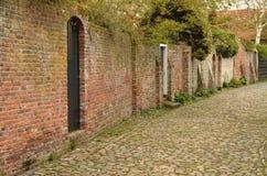 Karakteristisk medeltida gränd i staden av Veere i Nederländerna Arkivfoto