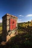 Karakteristisk röd trädörr på tegelstenväggen Fotografering för Bildbyråer