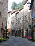 Karakteristisk smal väg av Radicofani i Tuscany, Italien royaltyfria foton