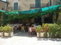 Karakteristisk terrass av en restaurang i sicilia italy Arkivfoton