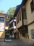 Karakteristisk väg av Plovdiv med dess forntida hus lökformig Arkivfoto