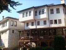 Karakteristiska hus av Melnik i Bulgarien med en wood terrass med tabeller Royaltyfria Foton