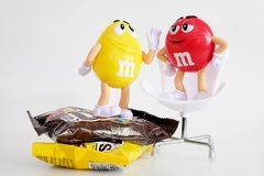 Karaktermascotte van chocolademerk m&m stock afbeelding