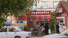 Karakułowy, Rosja, Maj 24, 2016: Gatunku mimetyzmu przykład Lokalny fast food używać obracającego słynnego M McDonald w gatunku Fotografia Royalty Free