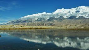 Karakul湖和慕士塔格峰 免版税库存照片