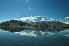Karakul湖和慕士塔格峰 免版税库存图片