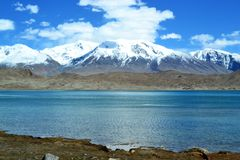 Karakul meer en van Pamir bergen in Xinjiang, Karakorum-weg, China stock foto's