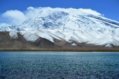 Karakul sjö och pamir berg i Xinjiang, Karakorum huvudväg, Kina royaltyfria foton