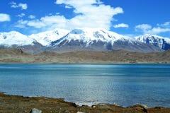 Karakul sjö och pamir berg i Xinjiang, Karakorum huvudväg, Kina arkivfoton