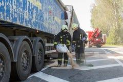 Karambol dwa ciężarówki w Latvia, na A8 drodze, zdarzał się obrazy stock