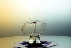 Karambol dwa kropli na powierzchni woda Zdjęcia Royalty Free