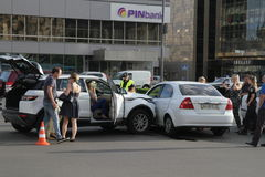Karambol dwa samochodu w zwycięstwo kwadracie w Kijów, Ukraina, Lipiec 3, 2017 Obraz Stock