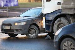 Karambol samochód i ciężarówka obrazy stock