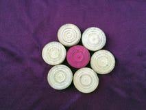 Karambolagen-Ball auf violettem Hintergrund stockfotos