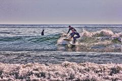 Karambolowanie surfingowowie przy Higgens plażą, Maine zdjęcie stock