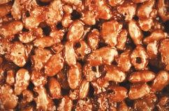Karamel en chocolade gepufte rijstachtergrond Rijst krispies bar, stock afbeeldingen