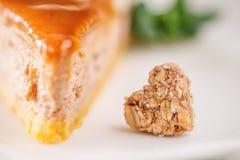Karamel of toffee vrije het gluten koekt met amandelstukken op bovenkant, productfotografie voor patisserie stock afbeelding