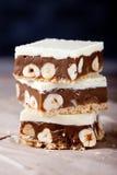 Karamel, witte chocolade en notenvierkanten Stock Foto's