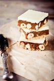 Karamel, witte chocolade en notenvierkanten Royalty-vrije Stock Afbeelding