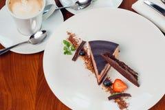 Karamelcake, moussedessert op een plaat Grijze steenachtergrond Royalty-vrije Stock Foto's