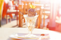 Karamell- och chokladglass dekorerade med en orange skiva Royaltyfria Foton