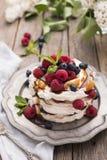 Karamell Pavlova-Kuchen Lizenzfreies Stockfoto