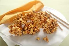 Karamell-Popcorn lizenzfreie stockfotos
