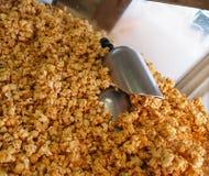 Karamell-Popcorn mit Schaufeln Stockbild