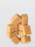 Karamellbonbons auf einem Spiegel lizenzfreies stockfoto