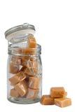 Karamellbonbons in einem Glas, getrennt lizenzfreie stockfotografie