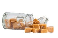 Karamellbonbons in einem Glas, getrennt lizenzfreie stockbilder