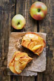 Karamellisierte Äpfel auf Toastbrot, Draufsicht Lizenzfreies Stockbild