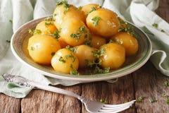 Karamellisierte Frühkartoffeln mit Petersiliennahaufnahme horizontal Lizenzfreies Stockfoto