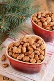 Karamellisierte Mandeln und Weihnachtsbaumaste Lizenzfreie Stockbilder