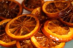 Karamellisierte orange Scheiben auf weißem coocking Papier stockfoto
