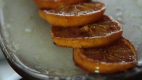 Karamellisierte orange Scheiben für Schokoladencreme mit orange Gelee stock video