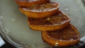 Karamellisierte Orangen f?r Schokoladencreme mit orange Gelee stock footage