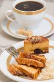 Karamellkaka och en kopp kaffe på bakgrund royaltyfri bild