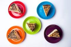 Karamellkakaskivor på färgrika plattor Royaltyfri Bild